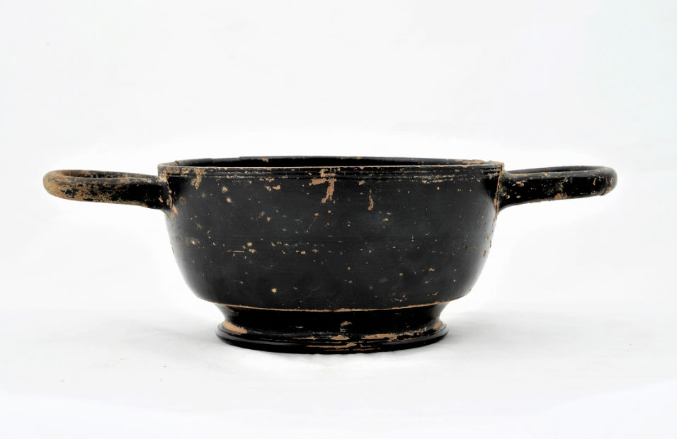 Intact black glaze kylix of the classical period that was repatriated from Germany. Most probably it was found in the Anchialos district of Thessaloniki (photo: Ministry of Culture and Sports).