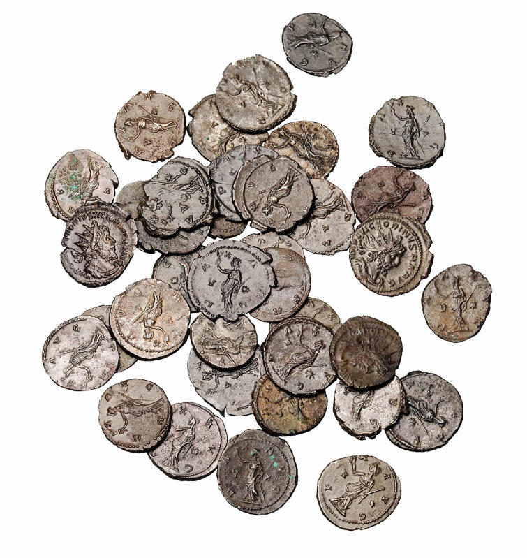 Heap of coins, with Roman coins depicting the goddess of peace, 3rd century AD © Archäologisches Museum der WWU Münster, Foto: Robert Dylka