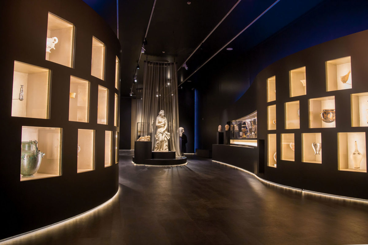 View of the exhibition «The countless aspects of beauty»  - Units «Eternal Aesthetics» and «The beautiful and the desirable» (photographer: Stelios Skourlis) (© National Archaeological Museum/ Archaeological Receipts Fund