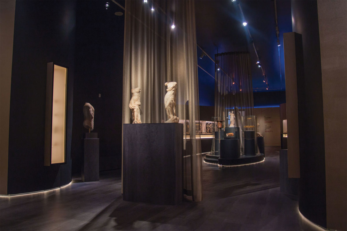 View of the exhibition «The countless aspects of beauty»  - Unit «The beautiful and the desirable» (photographer: Stelios Skourlis) (© National Archaeological Museum/ Archaeological Receipts Fund)