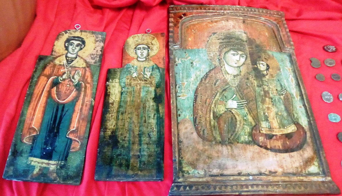 Portable icons found during raid by police of the Department of Cultural Heritage and Antiquities of the General Police Directorate of Thessaloniki (photo: General Police Directorate of Thessaloniki).