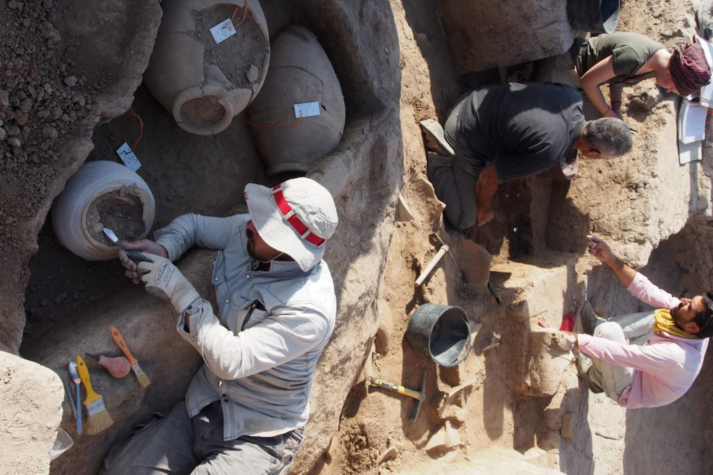 Discovery and unearthing of the vessel containing the Assyrian clay tablets in Bassetki. Photo: Peter Pfälzner, University of Tübingen