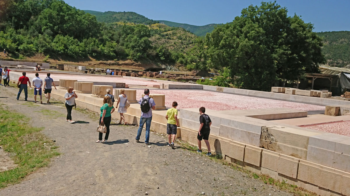 People of all ages took part in the guided tour of the palace of Aegae (photo: Athens and Macedonian News Agency).