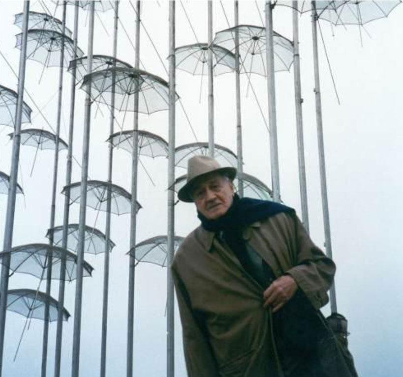 "George Zongolopoulos in front of his work ""Umbrellas""(photo: George Zongolopoulos Foundation)."
