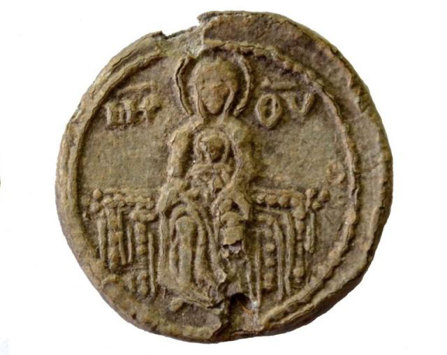 This side of the seal depicts the Holy Mother of God (Virgin Mary) with baby Jesus Christ. Photo: National Museum of History