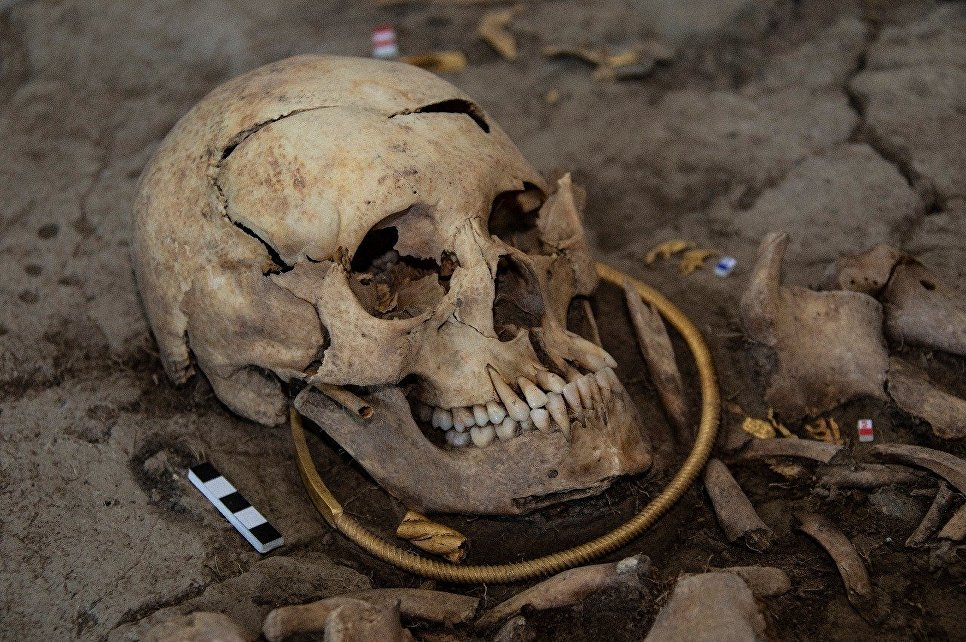 The man was buried with a massive gold torc around his neck (suggesting his noble origin) and a dagger in a golden quiver beside him.