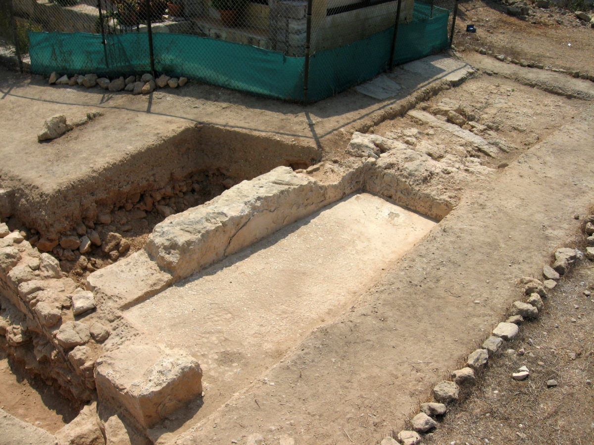 Pafos-Toumballos: The excavations of 2013 and 2017 had revealed two walls, one with a North-South orientation and the other with an East-West one. These walls delineated the corner of a basin covered with hydraulic mortar.