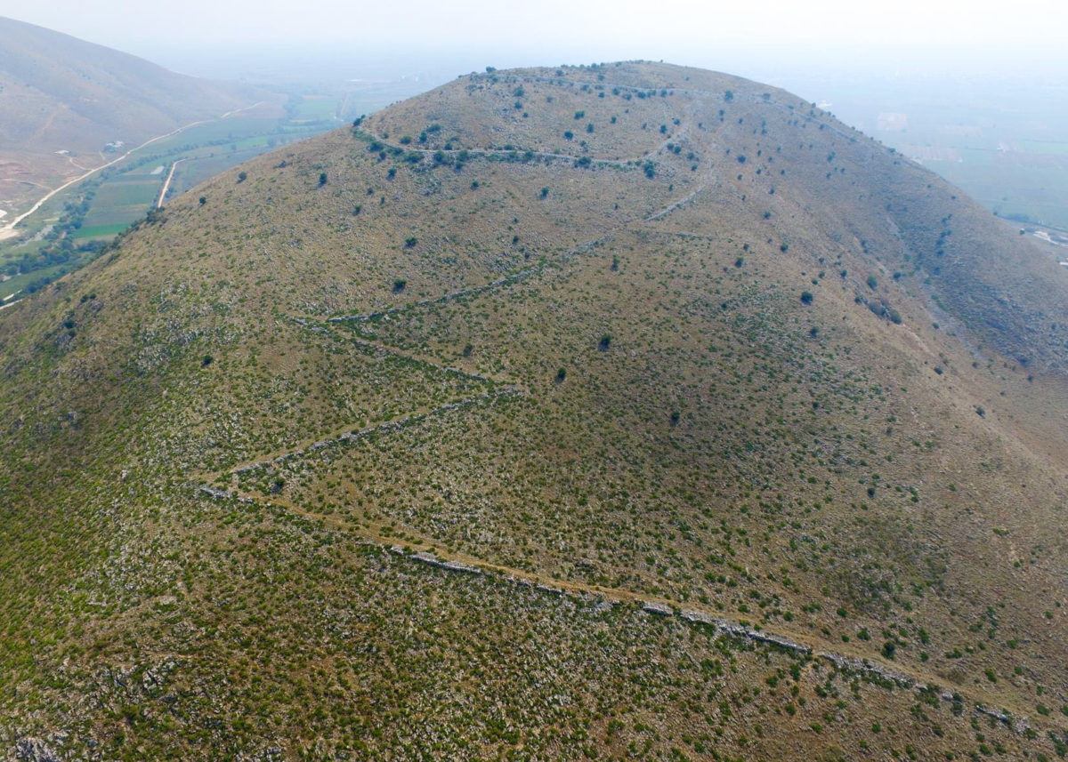 The Vlochos archaeological programme aims to provide a better understanding of the ancient fortified city spread across the Strongylovouni hill and the plain to its south.