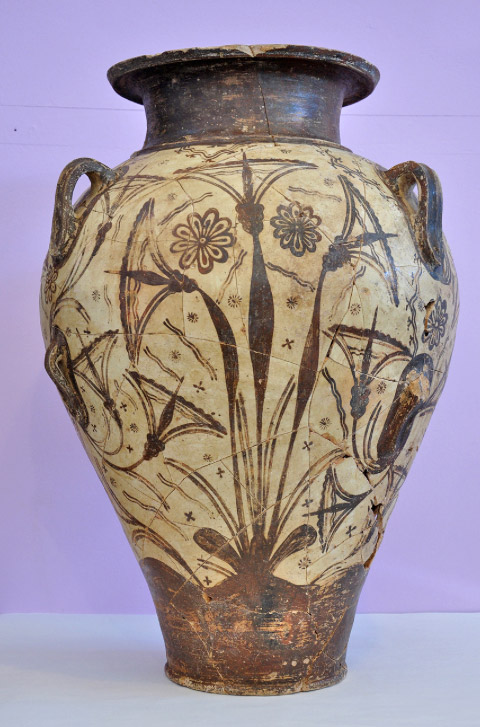 Clay Palatial style pithamphora with decoration of papyruses and rosettes, circa 1600/1500 BC. (photo: Ministry of Culture and Sports)