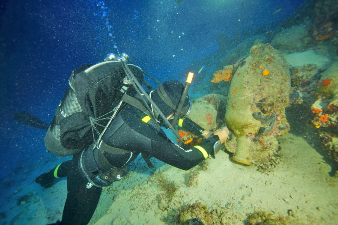 Marking a shipwreck of the Roman era (EUA, photo: V. Mentogiannis).