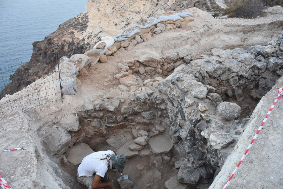 •Strong, linear walls discovered in this year's excavation period (photo: Ephorate of Antiquities of the Cyclades).