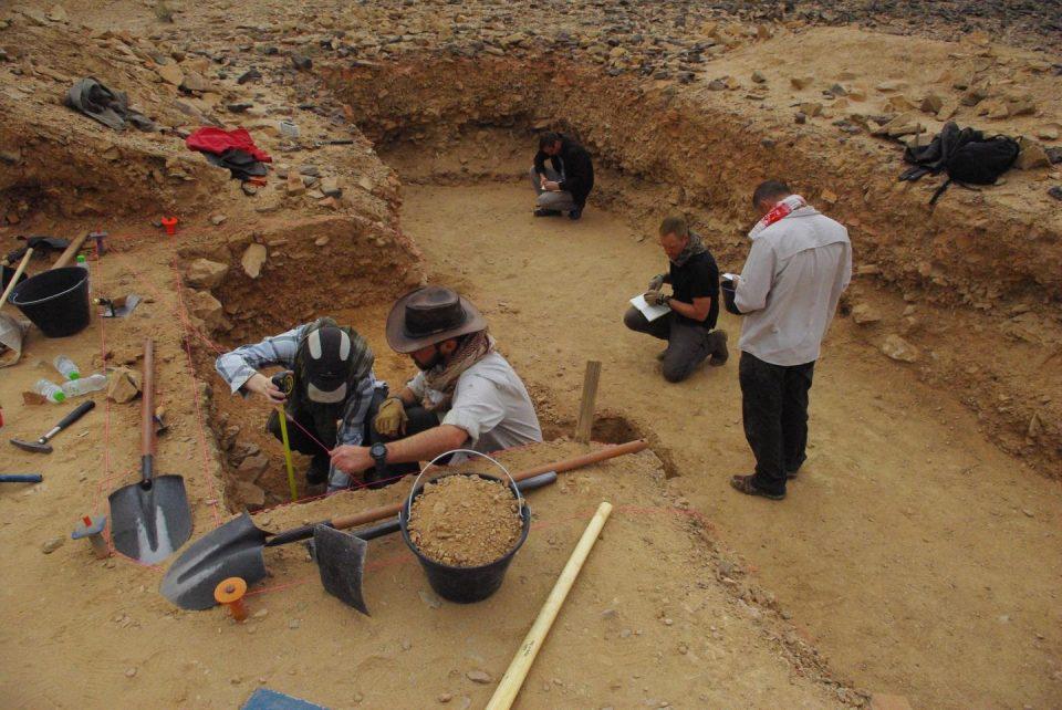 Archaeologists excavating the site of Saffaqah, Saudi Arabia. Credit : Palaeodeserts