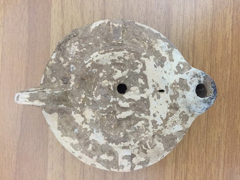 Terracotta oil lamp confiscated in Sparta (photo: Hellenic Police).