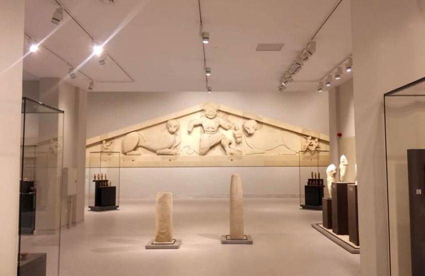 The most important exhibit is the stone pediment of Artemis Gorgon, originating from the temple of the Goddess Artemis.