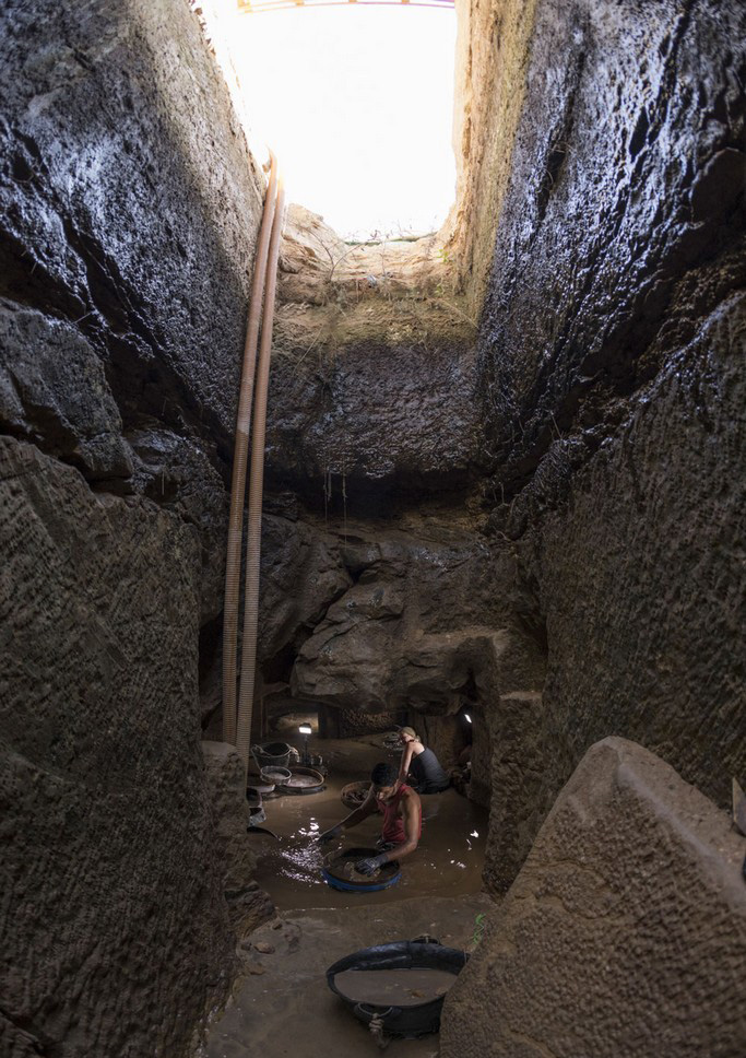 Gebel el Silsila: The tomb is water filled and requires pumping to allow excavations.