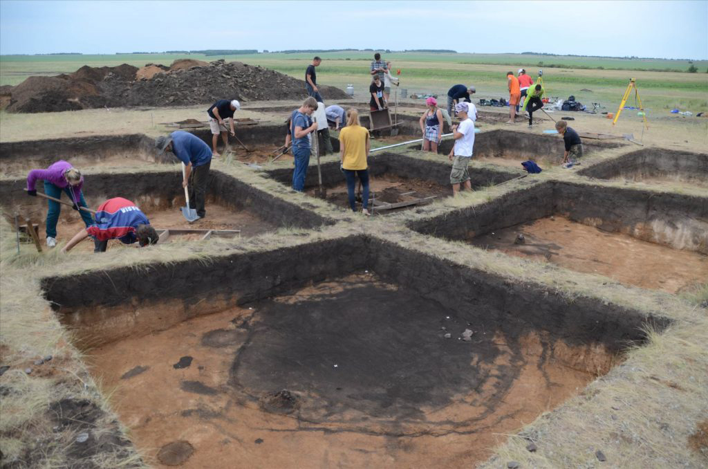 Trans-Ural region. Konopljanka-2 Bronze Age terraced house settlement with a filled-in well shaft in the foreground. 2018 excavation. © Ural Project, Goethe University
