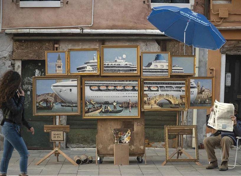 Banksy's 'street artist in venice' installation. Photo Credit: Designboom.