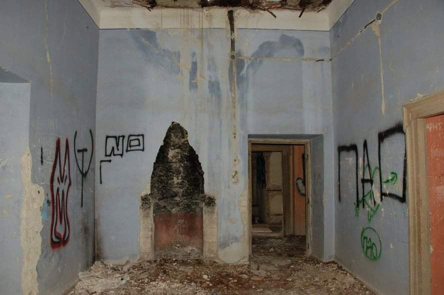 At the beginning of the 1980s, the mansion had not only lost its prestige but it had literally been stripped bare (photo: AMNA).