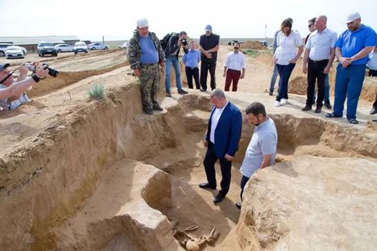 Although the kurgan had been robbed in ancient times, many artifacts including weapons, gold jewelry and household items (such as the bronze cauldron) were still buried with the three skeletons.Photo Credit: Ministry of Culture and Tourism of the Astrakhan Region/Live Science.