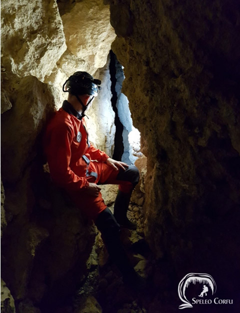 Dutch speleologist René van Vliet inside a cave (Photo AMNA).