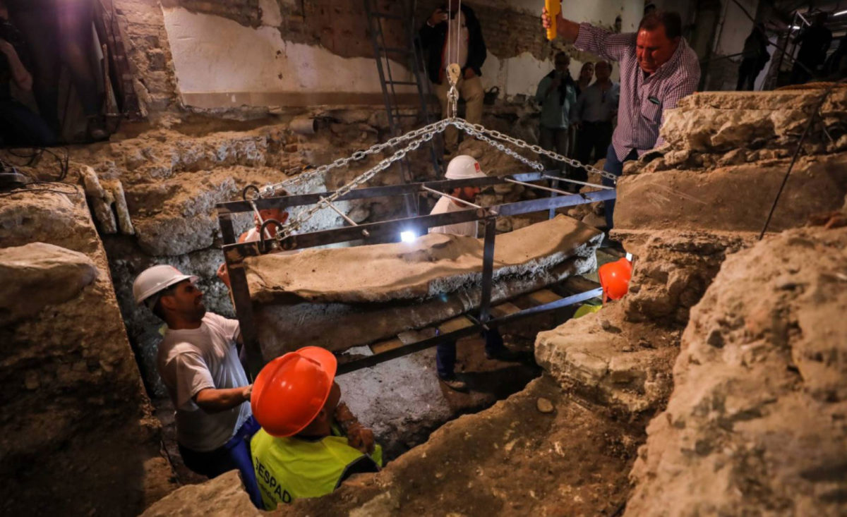 Workers remove the sarcophagus in Granada. Photo Credit: Fermin Rodriguez/El Pais.