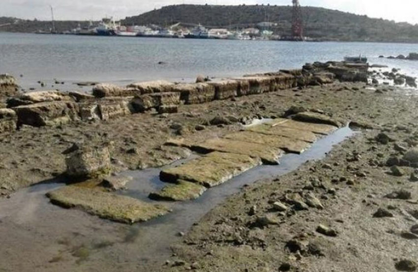 Deputy Regional Governor Panagiotis Chatziperos visited Kynosoura and the ancient harbour, from where large cranes pulled out and removed various shipwrecks and bulky items.
