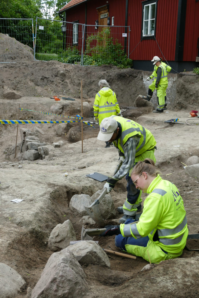 Archaeologists excavate boat grave site. Photo Credit: Arkeologerna Statens Historika Museer/The History Blog.
