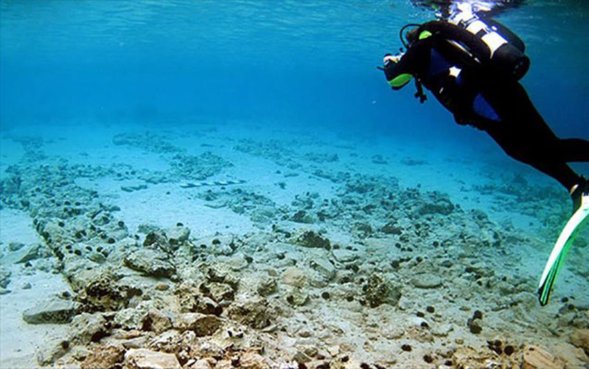 The settlement is submerged only a few metres below the sea, making it very easy to visit with flippers and mask. At a depth of 1 to 4 metres a great area of the city's layout has survived, with streets, buildings and an extensive cemetery on the coast.