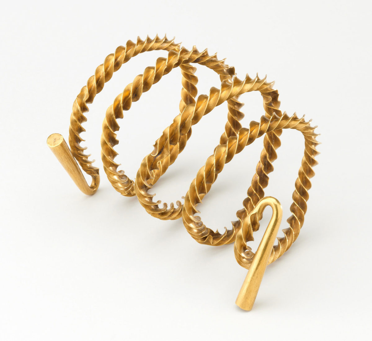 Gold flange twisted spiral torc (around 15cm long; 367.1 g) from Castlemount, Dover, Kent, England. Photo Credit: British Museum/University of Göttingen.