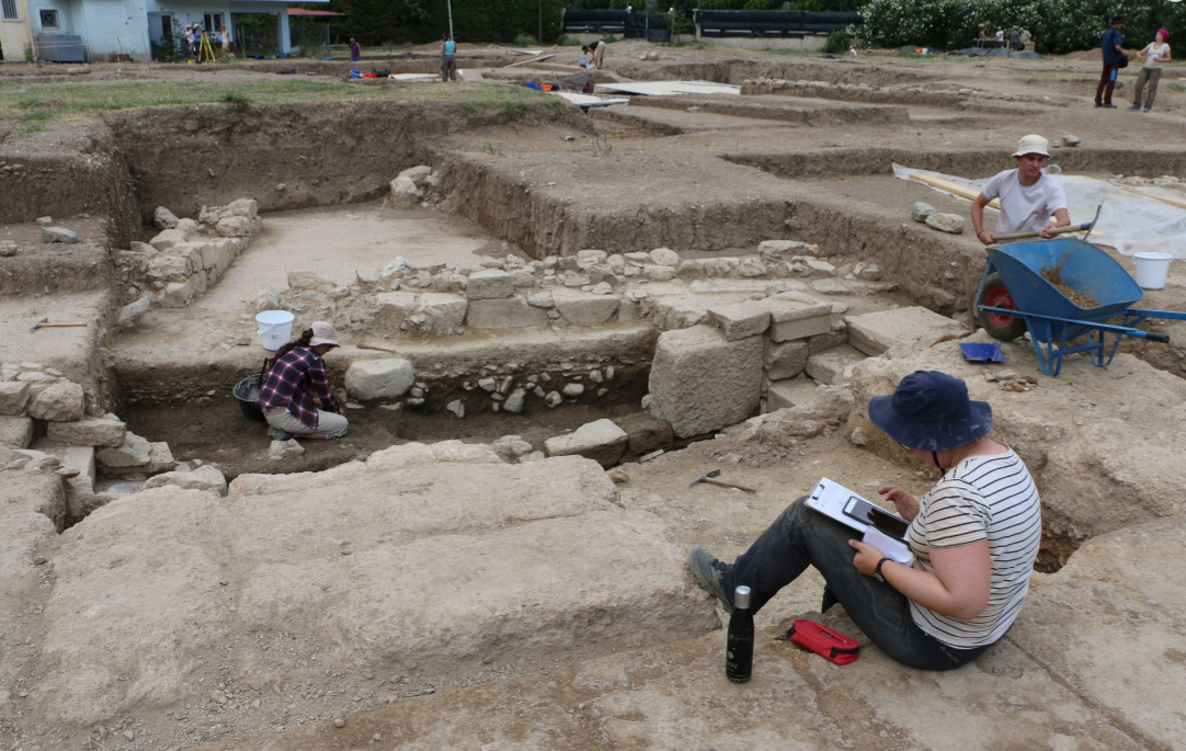Recording the excavation on an iPad with the application iDig (photo: Ministry of Culture and Sports)