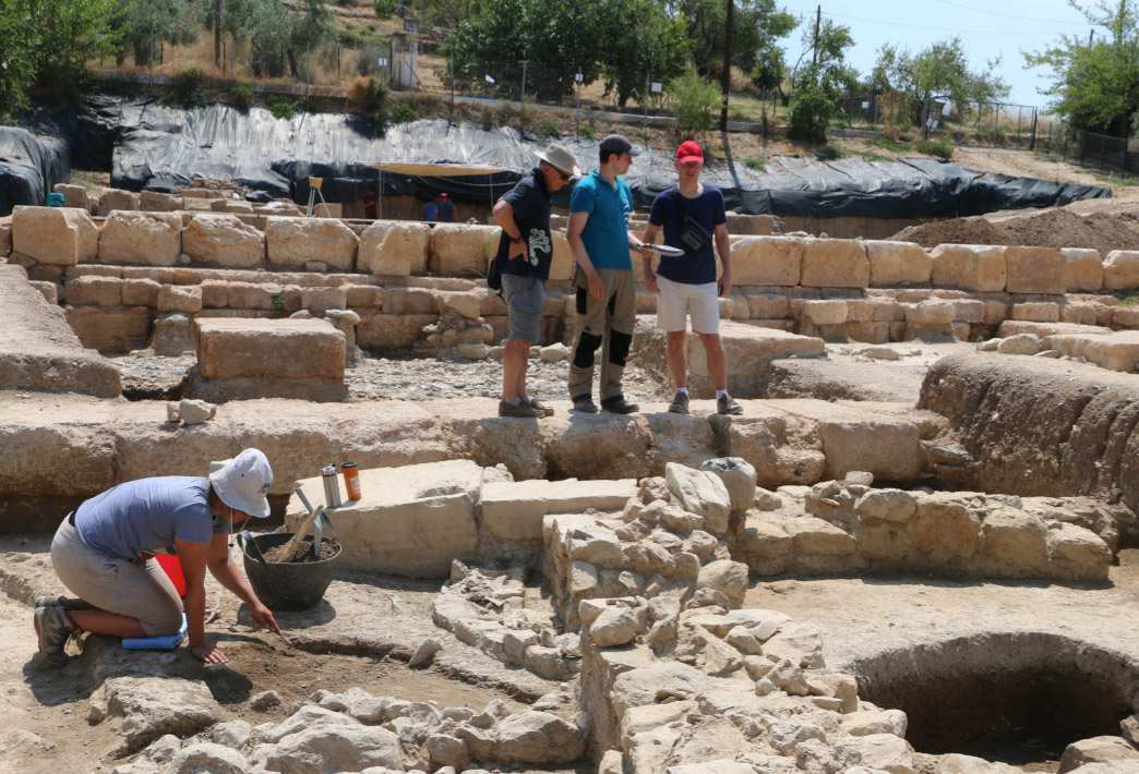 Visit of the Swiss ambassador to the Amarynthos excavation, escorted by the head and scientific secretary of the Swiss School of Archaeology in Greece (photo: Ministry of Culture and Sports)