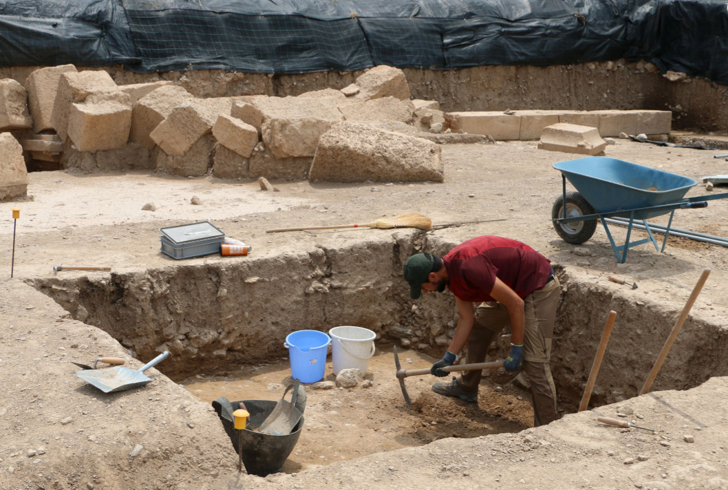 Trial trench excavation of Geometric layers in front of a Hellenistic retaining wall (photo: Ministry of Culture and Sports)