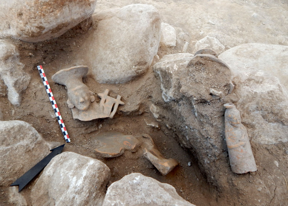 Achlada, Florina: Burial with figurine of a sphinx, a sculptured vase et al. (photo: Ministry of Culture).