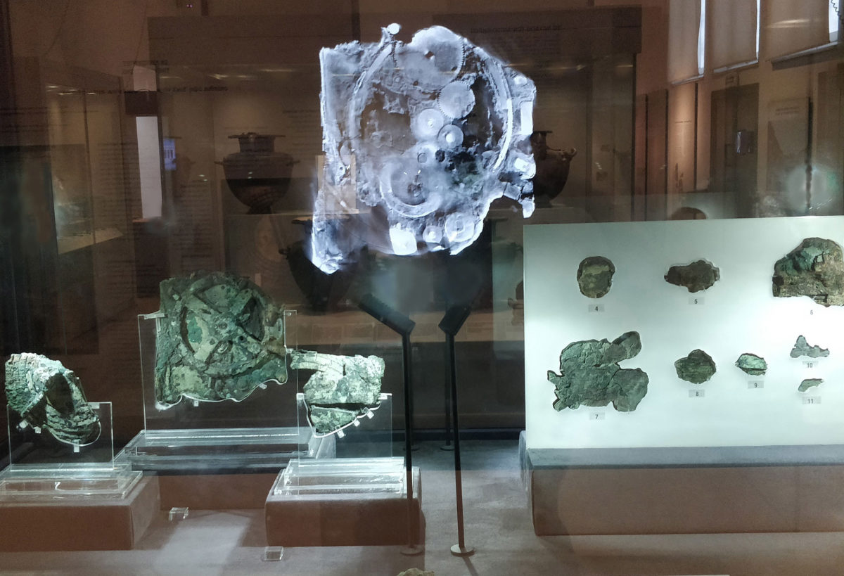 The display case of the Antikythera Mechanism including a projection of its internal cogwheels.Photo: National Archaeological Museum.