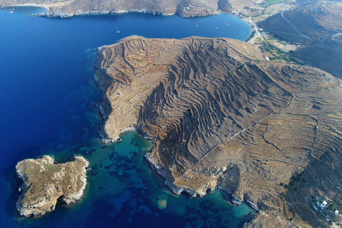 Aerial photograph of the ancient city of Kythnos (Vryokastron). Vryokastraki is seen below on the left. (photo: Kostas Xenikakis)
