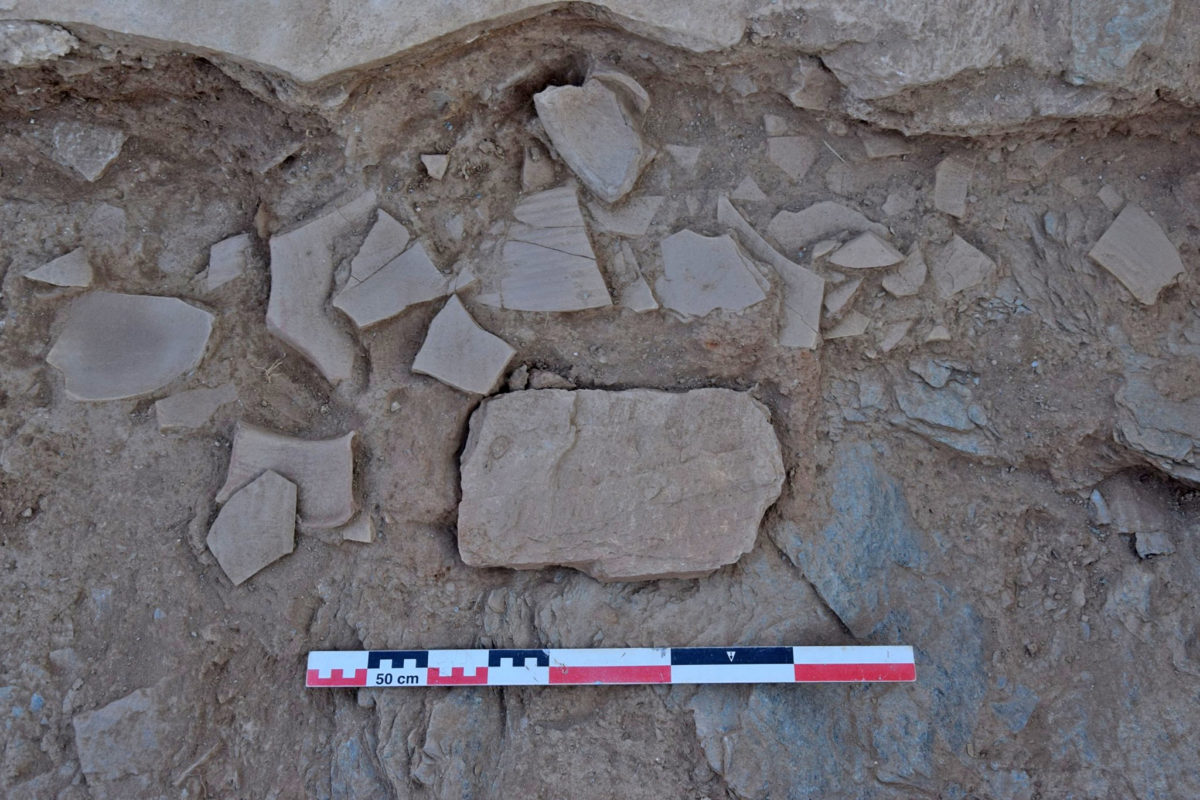 The cover of the consecration case and the layer with fragments of Early Byzantine pottery (photo: MOCAS)