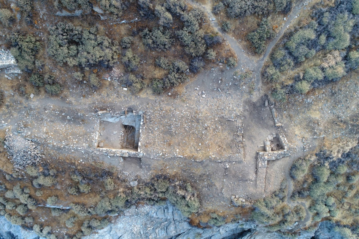 Aerial photograph of part of Building 2 (Area IB to the left, Area H to the right and the gate) (photo: Kostas Xenikakis)