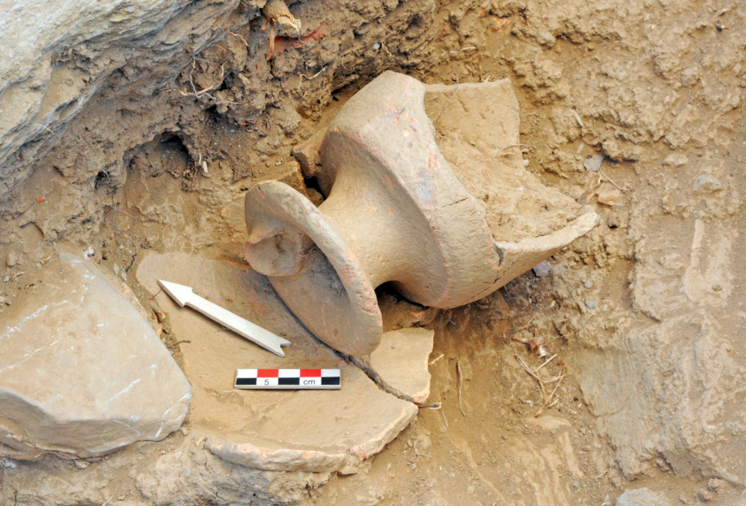 Fig. 13. It was extremely exciting to discover an area outside the north facade of the Main Building and attached to it, which yielded hundreds of vessels with rhyta (conical ritual vessels) among them and which may have been a place for storing sacred objects (photo: Ministry of Culture).