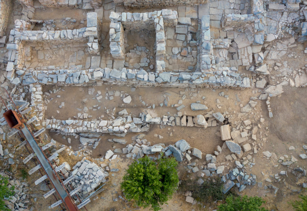Fig. 4. During this year's excavation it was confirmed that under the building of the Neopalatial era there was an earlier one with foundations on the rock (photo: Ministry of Culture).