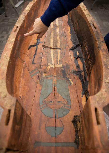 The female temple singer Mut-iy-iy had artwork inside her coffin. Credit:  Harvard University.