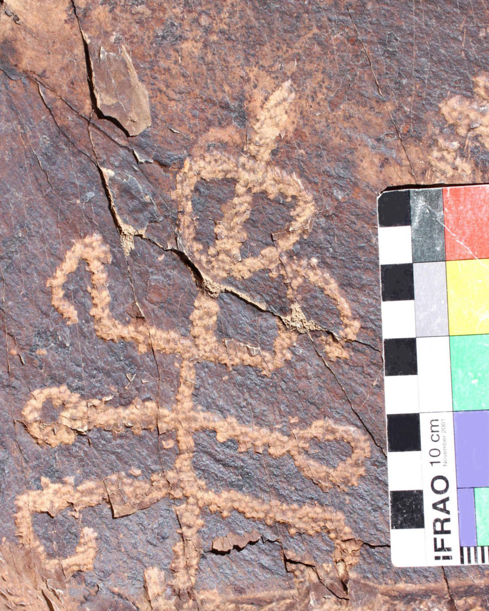 The 'squatter mantis man' petroglyph next to a 10 cm scale bar. Credit: Dr. Mohammad Naserifard