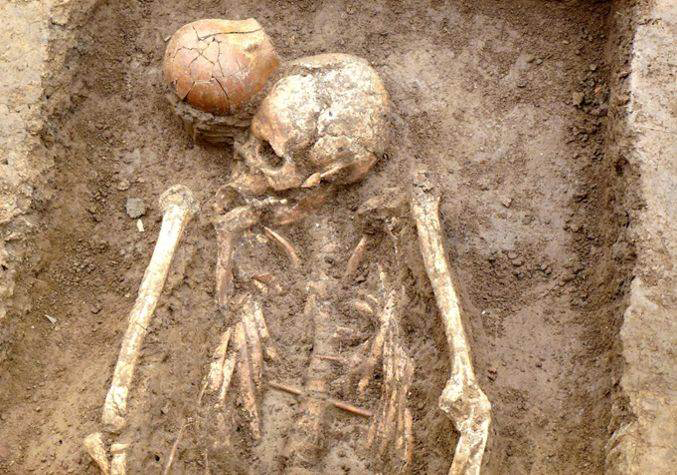 The grave of a shaman buried with a ceramic jug in Jiahu, Henan, about 7000 BC. Credit:  Peter Kupfer