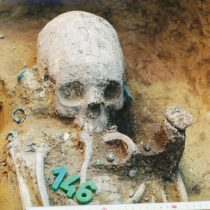 Deformed skulls reveal a multicultural community in transition