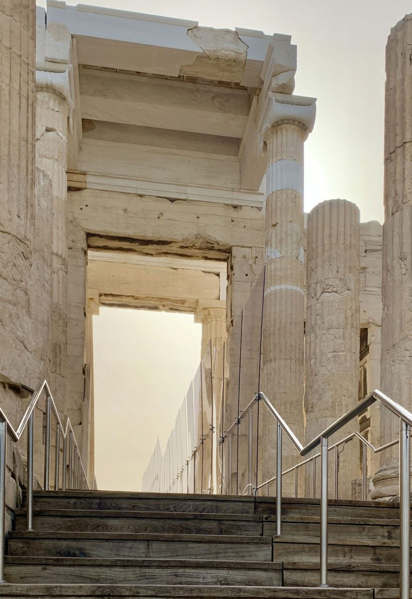 Dividing railings have been placed at  the Acropolis Propylaea, where the ascent  to and descent from the monument coincide  (photo: Ministry of Culture).