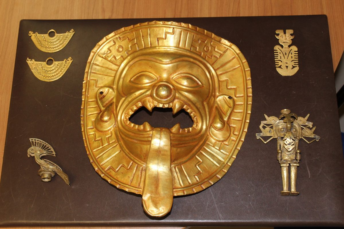 A unique Tumaco gold mask and several gold figurines and items of ancient jewellery were recovered at Barajas airport in Madrid.