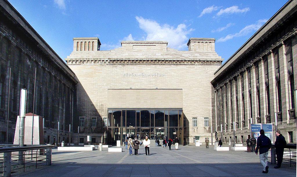 Pergamonmuseum (front). © Raimond Spekking / CC BY-SA 4.0 (via Wikimedia Commons)