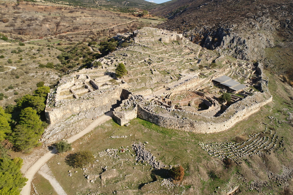 The Acropolis of Mycenae. An overall view from the southwest. The following can be distinguished: to the right an extension of the fortifications to the west with the Royal Grave Circle A, the South House, the Religious Centre and the South West Quarter. At the top of the hill is the Palace Complex. (Photo: MOCAS)