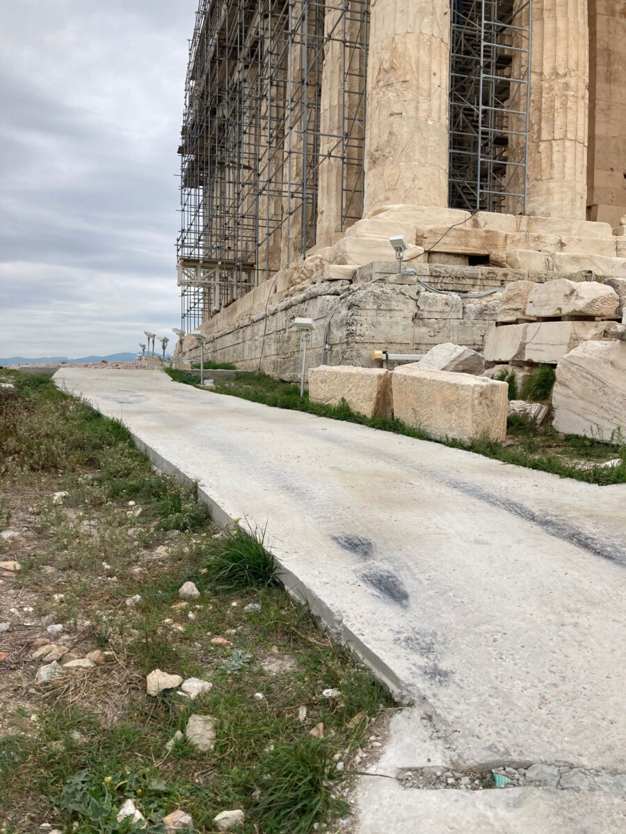 The old paving on the west side of the Parthenon (photo : MOCAS)