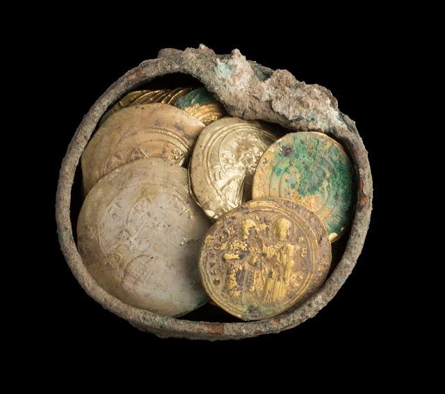 Hoard of gold coins and an earring found in Caesarea. Credit: Yaniv Berman/IAA