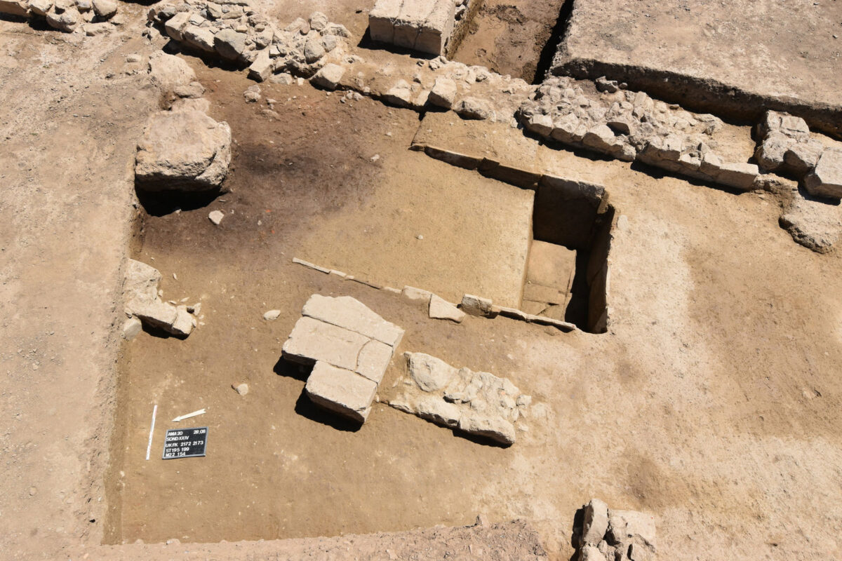 Basin constructed of tiles outside the building of the 7th c. BC (photo MOCAS).